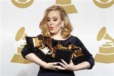 """<p>La cantante soul Adele sostiene sus seis Grammy tras la entrega de premios en Los Angeles, feb 12 2012. La cantante soul Adele recogió seis premios Grammy el domingo y se impuso en todas las categorías en las que fue nominada, incluyendo álbum del año por """"21"""" y mejor grabación por """"Rolling In the Deep"""". REUTERS/Lucy Nicholson</p>"""