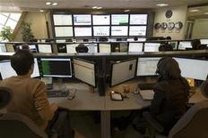 <p>Un grupo de técnicos vigila el flujo de datos de un proveedor de servicios de internet en Teherán, feb 15 2011. Millones de iraníes han sufrido la interrupción del acceso a sus correos electrónicos y redes sociales en los últimos días, elevando la preocupación de que las autoridades están redoblando la censura a los opositores de cara a la elección parlamentaria de marzo. REUTERS/Caren Firouz</p>