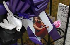 <p>Un memorial en tributo a la fallecida cantante Whitney Houston en Newark, EEUU, feb 15 2012. La fallecida cantante Whitney Houston volvió el miércoles a las listas de ventas con un disco de grandes éxitos que se colocó entre los 10 primeros puestos del estadounidense Billboard 200, vendiendo 101.000 copias en apenas 24 horas tras la repentina muerte de la artista el fin de semana. REUTERS/Mike Segar</p>