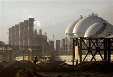 <p>Complexe pétrochimique iranien sur les côtées du golfe Persique. L'Iran a cessé de vendre son pétrole brut aux compagnies pétrolières françaises et britanniques, a annoncé dimanche le ministère iranien du Pétrole. /Photo d'archives/REUTERS/Morteza Nikoubazl</p>