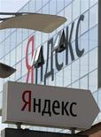 <p>Imagen de archivo de la sede de la firma Yandex en Moscú, mayo 23 2011. Twitter y el buscador ruso Yandex han llegado a un acuerdo que permitirá a Yandex mostrar nuevos tuits en sus resultados de búsqueda casi de forma instantánea, mientras el sitio de microblogs se convierte en una fuente de información a tiempo real cada vez más importante. REUTERS/Sergei Karpukhin</p>
