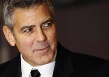 <p>Foto de archivo del actor George Clooney a su llegada a la entrega de los Premios Bafta en Londres, feb 12 2012. El glamour de Hollywood y el 'chic' francés están inmersos en una batalla de encanto en la competencia del Oscar al mejor actor el domingo, que enfrenta a George Clooney y su íntimo amigo Brad Pitt contra el elegante Jean Dujardin. REUTERS/Luke MacGregor</p>