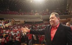 <p>El mandatario venezolano, Hugo Chávez, saluda a sus partidarios a su llegada a un mitin antes de partir rumbo a Cuba en Caracas, feb 23 2012. El mandatario venezolano, Hugo Chávez, fue vitoreado el viernes por una multitud en las calles de Caracas antes de viajar a Cuba para operarse una lesión que podría ser cancerígena, y vaticinó que volverá pronto a tomar las riendas del país y ganar las elecciones presidenciales. REUTERS/Miraflores Palace/Handout Imagen para uso no comercial, ni ventas, ni archivos. Solo para uso editorial. No para su venta en marketing o campañas publicitarias. Esta imagen fue entregada por un tercero y es distribuida, exactamente como fue recibida por Reuters, como un servicio para clientes.</p>