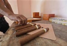 <p>Les ventes de cigares cubains ont enregistré une hausse de 9% en 2011 avec 401 millions de dollars de chiffre d'affaires dans le sillage de la hausse de la consommation des produits de luxe, a annoncé lundi le distributeur Habanos SA qui gère le monopole du cigare à Cuba. /Photo prise le 14 décembre 2011/REUTERS/Enrique de la Osa</p>