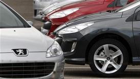 <p>Véhicules de marque Peugeot. PSA Peugeot-Citroën est à suivre à la Bourse de Paris où l'indice CAC 40 avance de 0,28% à 3.451,22 points à 12h14. Le titre PSA (+6,83%) signe la plus forte hausse du CAC 40 et du SBF 120, le constructeur français poursuivant à un stade avancé selon plusieurs sources, ses discussions avec General Motors en vue d'une alliance stratégique. /Photo d'archives/REUTERS/Vincent Kessler</p>