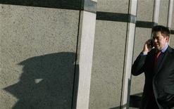 <p>Les sociétés de capital-investissement ont une nouvelle cible en ligne de mire: les opérateurs de téléphonie mobile européens de second rang, délaissés par leurs maisons mères contraintes de faire le ménage dans leurs actifs pour réduire leur dette tout en continuant à verser de généreux dividendes. /Photo d'archives/REUTERS/Luke MacGregor</p>