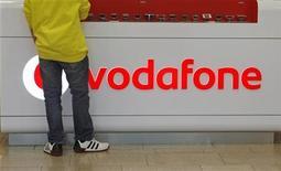 <p>Il y a une décennie, les grands opérateurs télécoms se livraient une guerre sans merci pour bâtir à grands coups d'OPA, parfois hostiles, des groupes de téléphonie mobile paneuropéens, voire mondiaux. En 1999, Vodafone n'hésitait pas à débourser près de deux cent milliards d'euros pour mettre la main sur le conglomérat Mannesmann. Aujourd'hui, les opérateurs ont fait volte-face et opéré un virage à 180 degrés. /Photo d'archives/REUTERS/David W Cerny</p>