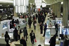 <p>Dans un grand magasin de Manhattan. La confiance des consommateurs américains a atteint en février son plus haut niveau depuis un an, l'optimisme des ménages concernant le marché de l'emploi ayant éclipsé les inquiétudes autour du renchérissement des prix du carburant. /Photo prise le 12 janvier 2012/REUTERS/Eduardo Munoz</p>