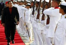 <p>El presidente de Venezuela, Hugo Chávez, antes de partir rumbo a Cuba desde Caracas, feb 24 2012. El presidente de Venezuela, Hugo Chávez, se encuentra en buenas condiciones físicas en Cuba tras una nueva operación en la que se le removió completamente una lesión en la zona pélvica, donde ya había sido tratado por cáncer, dijo el martes el Gobierno. REUTERS/Jorge Silva</p>