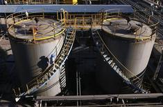 <p>Les cours du pétrole ont chuté de près de 2% à New York, accusant leur deuxième séance de baisse consécutive en raison d'un mouvement de prises de bénéfices. Sur le Nymex, le contrat avril sur le brut léger américain (WTI) a fini sur une perte de 1,85%, à 106,55 dollars le baril. Au même moment, le Brent cédait 1,91%, à 121,80 dollars. /Photo d'archives/REUTERS</p>