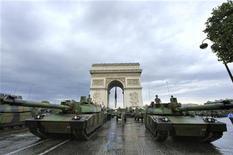 <p>Chars Leclerc sur les Champs-Elysées. Nexter, fabricant du véhicule militaire français, cherche à s'allier à des groupes en Europe, dans un marché qu'il juge trop fragmenté. /Photo d'archives/REUTERS/Philippe Wojazer</p>