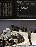 <p>Les Bourses européennes confortent leurs gains mercredi en fin de matinée après l'injection de près de 530 milliards d'euros de liquidités dans le système bancaire européen dans le cadre de la deuxième opération de refinancement à long terme de la Banque centrale européenne. A 11h45, l'indice CAC 40 avançait de 0,3% après avoir grimpé très brièvement de près de 1% et alors qu'il gagnait plus de 0,5% peu avant l'annonce de la BCE. Parmi les autres grandes places européennes, Londres était quasi inchangée, Francfort (photo) prenait 0,5% et Milan 0,8%. /Photo prise le 29 février 2012/REUTERS/Remote/Kirill Iordansky</p>