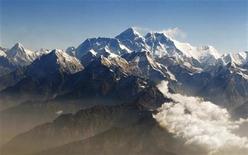 """<p>Le Népal a lancé mercredi un appel à une aide financière et technique internationale pour clore la polémique l'opposant de longue date au grand voisin chinois sur la hauteur exacte du mont Everest (au centre). Les Népalais se réfèrent à une mesure effectuée en 1954 par des experts officiels indiens et qui font culminer """"le toit du monde"""" à très exactement 8.848 mètres. La Chine, qui possède le flanc Nord de l'Everest, assure de son côté qu'en mai 2005, une équipe d'alpinistes et de scientifiques chinois avait, mètre en main, mesuré une hauteur de 8.844,43 mètres, soit 3,7 mètres de moins. /Photo d'archives/REUTERS/Tim Chong</p>"""