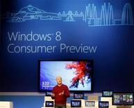 <p>Steven Sinofsky, à la tête de la division Windows de Microsoft, présente le nouveau système d'exploitation Windows 8 sur une tablette et un ordinateur portable ultrafin lors du Congrès mondial de la téléphonie mobile à Barcelone. Microsoft a dévoilé mercredi son nouveau système d'exploitation Windows 8, dont une version incomplète est d'ores et déjà disponible en téléchargement, avec lequel le géant des logiciels espère revenir sur le devant de la scène. /Photo prise le 29 février 2012/REUTERS/Gustau Nacarino</p>