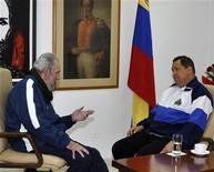 <p>El líder cubano Fidel Castro visita al presidente venezolano, Hugo Chávez, quien se está recuperando de una operación realizada esta semana en la isla. REUTERS/Cortesía Palacio de Miraflores en Caracas</p>