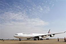 <p>Air France-KLM s'est engagé jeudi à stabiliser sa dette nette à 6,5 milliards d'euros cette année, seule certitude pour le groupe franco-néerlandais en grande difficulté, qui doit désormais faire face à une nouvelle flambée des prix du pétrole alors même que ses réservations sont bien orientées. La deuxième compagnie aérienne européenne en termes de chiffre d'affaires a accusé des pertes plus lourdes que prévu en 2011. /Photo d'archives/REUTERS/Samrang Pring</p>