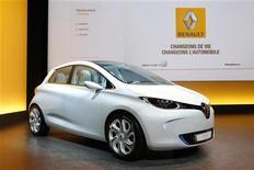 <p>La Berline Zoé, fer de lance de la gamme de véhicules électriques de Renault, fera un bruit artificiel à faible vitesse pour éviter de mauvaises surprises à des piétons peu coutumiers du silence qui entoure le déplacement de ce type de voiture. /Photo d'archives/REUTERS/Benoît Tessier</p>