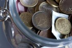 <p>Sur la base de son enquête mensuelle de conjoncture, la Banque de France indique que la croissance économique devrait être nulle en France au premier trimestre 2012. /Photo d'archives/REUTERS/Bernadett Szabo</p>