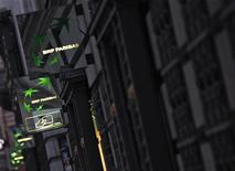 <p>BNP Paribas a accéléré jeudi la réduction de la taille de son bilan (deleveraging) en cédant au groupe américain Simon Property Group un bloc de 28,7% dans la foncière Klépierre, dégageant au passage une plus-value de 1,5 milliard d'euros. /Photo d'archives/REUTERS/Mal Langsdon</p>