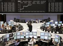<p>En Bourse de Francfort. Les marchés européens et américains sont en hausse jeudi, les investisseurs étant nombreux à espérer que l'offre d'échange de dette grecque réussisse et permette à Athènes d'éviter un défaut désordonné. Vers 16h10, le CAC 40 grimpe de 1,41% tandis que le Dax allemand prend 1,17% et le Footsie britannique 0,86%. L'indice paneuropéen FTSEurofirst 300 progresse de 0,97%. /Photo prise le 8 mars 2012/REUTERS/Remote/Kirill Iordansky</p>