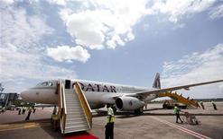 """<p>Le projet d'introduction en Bourse de Qatar Airways a été repoussé à une date lointaine, a déclaré Akbar al Baker, le directeur général de la compagnie aérienne. L'IPO """"sera repoussée pour un bon moment parce que nous pensons qu'il faudra très longtemps pour se remettre de la situation économique que le monde connaît actuellement."""" /Photo prise le 2 novembre 2011/REUTERS/Edward Echwalu</p>"""