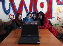 <p>Le premier café internet exclusivement réservé aux femmes a ouvert jeudi à Kaboul en Afghanistan avec l'espoir de faciliter leur accès aux ressources du web. /Photo prise le 8 mars 2012/REUTERS/Mohammad Ismail</p>