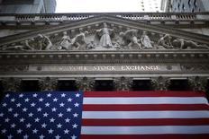 <p>Les valeurs américaines ont ouvert en légère hausse vendredi après l'annonce de créations d'emplois plus élevées que prévu le mois dernier aux Etats-Unis. Dans les premiers échanges, le Dow Jones gagne 0,16%, le Standard & Poor's, 0,25% et le composite du Nasdaq 0,3%. /Photo d'archives/REUTERS/Eric Thayer</p>