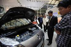 <p>Un modèle Renault Grand Scenic au salon de l'automobile à Shanghai. Renault espère obtenir cette année le feu vert des autorités chinoises pour produire sur place des voitures et a annoncé vendredi la nomination d'un directeur des opérations en Chine. /Photo prise le 19 avril 2011/REUTERS/Aly Song</p>