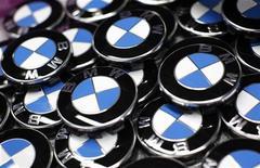 <p>BMW, numéro un mondial des voitures haut de gamme, a dit mardi qu'il atteindrait son objectif de vendre plus de deux millions de véhicules par an dès 2016, soit avec quatre ans d'avance sur ce qui était initialement prévu. /Photo prise le 6 mars 2012/REUTERS/Michaela Rehle</p>