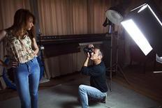 <p>El fotógrafo y agente de modas israelí Adi Barkan en su estudio de Tel Aviv, mar 19 2012. El Parlamento israelí prohibió la presencia de modelos extremadamente delgadas en pasarelas y anuncios, una medida con la que espera reducir trastornos de la alimentación y promover una imagen corporal saludable. REUTERS/Nir Elias</p>