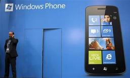 <p>Foto de archivo de un visitante junto a un anuncio de Windows Phone en el Congreso Mundial de Móviles en Barcelona, feb 27 2012. ¡Aplicaciones, aplicaciones y aplicaciones! Ese es el principal reto al que se enfrentan Microsoft y Nokia, que tratan de robarle cuota de mercado al iPhone de Apple y a la plataforma Android de Google en el concurrido mercado de los smartphones. REUTERS/Albert Gea</p>