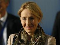 """<p>Imagen de archivo de J.K. Rowling, autora de la saga Harry Potter, a su llegada a las obras de inicio de una clínica de investigación en la Universidad de Edimburgo, nov 7 2011. Las novelas de """"Harry Potter"""" de J.K. Rowling están disponibles por primera vez en formato de libro electrónico en una nueva web dedicada a las aventuras del niño mago. REUTERS/David Moir</p>"""