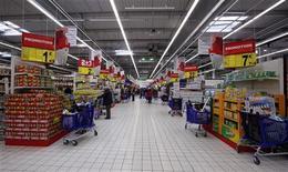 <p>L'inflation, hors tabac, devrait s'inscrire à 1,8% en 2012, annonce Bercy après la réunion de la Commission économique de la Nation, un groupe d'économistes qui conseille le ministre de l'Economie. /Photo d'archives/REUTERS/Eric Gaillard</p>