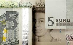 <p>La Banque centrale européenne (BCE) et la Banque d'Angleterre (BoE) ne vont probablement pas poursuivre leurs injections massives de liquidités dans le système bancaire ni opter pour un nouvel assouplissement de leur politique monétaire, montre mercredi une enquête Reuters. /Photo d'archives/REUTERS</p>
