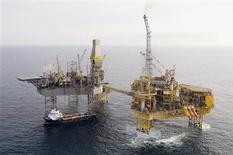 <p>La fuite de gaz sur le gisement d'Elgin de Total (photo) en mer du Nord va coûter cher au groupe pétrolier français mais la situation semble sans commune mesure avec la marée noire survenue en 2010 dans le golfe du Mexique après l'explosion d'une plate-forme de BP. /Photo diffusée le 28 mars 2012/REUTERS/Total</p>