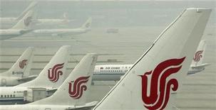 <p>Avions de la compagnie Air China sur le tarmac de l'aéroport international de Pékin. La compagnie aérienne chinoise a déclaré qu'elle n'avait pas annulé de commandes d'Airbus et qu'elle envisageait d'accroître ses capacités, malgré la dispute qui oppose Pékin à l'Union européenne au sujet de la taxe carbone introduite en Europe sur le secteur aérien. /Photo d'archives/REUTERS/David Gray</p>