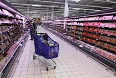 <p>Des consommateurs français au pouvoir d'achat stagnant, voire en régression, ne laissent pas d'alternative: la guerre des prix est partout déclarée et s'intensifie, faisant des victimes jusque dans les bureaux feutrés des directions générales. /Photo d'archives/REUTERS/Eric Gaillard</p>