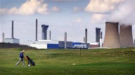 <p>RWE et E.ON ont annoncé jeudi renoncer à leur projet de 18 milliards d'euros visant à construire de nouvelles centrales nucléaires au Royaume-Uni, ce qui pourrait compromettre l'objectif de Londres en matière de renouvellement du parc de réacteurs. /Photo d'archives/REUTERS/Dan Chung</p>