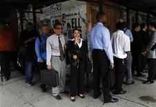 <p>Chercheurs d'emploi, à New York. Le nombre des inscriptions au chômage a été de 359.000 aux Etats-Unis dans la semaine au 24 mars contre 364.000 la semaine précédente (348.000 en première estimation) et 350.000 attendues, annonce le département du Travail. /Photo d'archives/REUTERS/Shannon Stapleton</p>