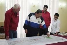 <p>El presidente de Venezuela, Hugo Chávez (al centro en la imagen), junto a su ministro de Energía, Rafael Ramírez (a la izquierda) y su canciller, Nicolás Maduro, en La Habana, mar 28 2012. El presidente venezolano, Hugo Chávez, retornó la madrugada del jueves a Caracas tras recibir en Cuba el primer ciclo de radioterapia para combatir el cáncer que padece, el cual lo obligará a mantener una presencia virtual en el Gobierno y a bajar el ritmo en su carrera por la reelección en octubre. REUTERS/Miraflores Palace/Handout SOLO PARA USO EDITORIAL, IMAGEN ENTREGADA POR TERCEROS</p>