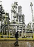 <p>Les cours à terme du pétrole ont à nouveau fini en baisse jeudi face à la perspective de voir un certain nombre de pays puiser dans leurs réserves stratégiques pour faire baisser les prix à la pompe. /Photo d'archives/REUTERS/Eliseo Fernandez</p>