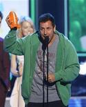"""<p>El actor cómico Adam Sandler tras recibir el galardón al Actor Favorito en los premios Kid's Choice en Los Angeles, mar 31 2012. Sandler y su película """"Jack and Jill"""" arrasaron el domingo en la entrega anual de los premios Razzie, con un récord de 10 premios, entre los que estaban el de peor película y peores interpretaciones del 2011. REUTERS/Mario Anzuoni</p>"""
