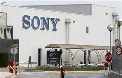 <p>Imagen de archivo de la fábrica de Sony en Viladecavalls, España, sep 2 2010. Un grupo liderado por Sony ha ofrecido vender varios catálogos musicales que generaron 15 millones de euros en derechos en 2011 en un intento de obtener la aprobación de la Unión Europea para sus planes de comprar el negocio de edición de música del sello EMI, dijeron el lunes dos personas cercanas al asunto. REUTERS/ Albert Gea</p>