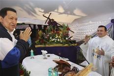 <p>El presidente de Venezuela, Hugo Chávez, lloró el jueves durante una misa por su salud, horas después de retornar desde Cuba donde es tratado del cáncer que padece y que ha desatado dudas sobre su estado de salud de cara a las elecciones de octubre. En la foto, el mandatario en la misa. Abr 5, 2012 REUTERS/Entrega/Palacio de Miraflores</p>