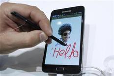 <p>Imagen de archivo de una persona utilizando el Galaxy Note de Samsung durante la feria de consumo eléctronico IFA en Berlín, sep 1 2011. Samsung Electronics reportó una ganancia trimestral récord de 5.150 millones de dólares, impulsada por las ventas de sus teléfonos inteligentes y del aparato Galaxy Note, que espera demuestre que tiene la capacidad de innovación para enfrentar a su rival Apple Inc. REUTERS/Thomas Peter</p>