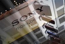 <p>Sony va supprimer quelque 10.000 emplois, soit environ 6% de ses effectifs mondiaux, d'ici la fin de l'année, selon le journal Nikkei, qui précise que ces mesures affecteraient la division chimique du géant électronique japonais ainsi que celle fabricant des écrans LCD de petite et moyenne taille. /Photo prise le 9 février 2012/REUTERS/Yuriko Nakao</p>
