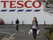 <p>Des actionnaires de premier plan de Tesco ont appelé le troisième distributeur mondial à revoir sa stratégie et à améliorer ses positions sur son marché domestique, trois mois après que le groupe britannique a fait état du premier avertissement sur résultats de son histoire. /Photo prise le 12 janvier 2012/REUTERS/Darren Staples</p>