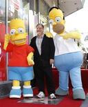 """<p>Matt Groening, creador de """"Los Simpson"""", posa junto a figuras de los personajes de Bart y Homero luego de recibir una estrella en el Paseo de la Fama de Hollywood</p>"""