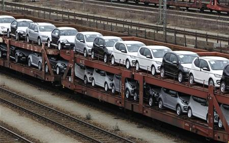 New cars by German car manufacturer Volkswagen AG stand on wagons at a train station in Munich March 5, 2012. REUTERS/Michaela Rehle