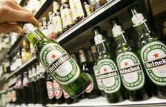 <p>Heineken, le troisième brasseur mondial, a enregistré une légère baisse de son bénéfice d'exploitation au troisième trimestre en raison de hausses de coûts plus importantes que la progression de ses ventes et que les effets de son dernier programme d'économies. /Photo d'archives/REUTERS/Toby Melville</p>